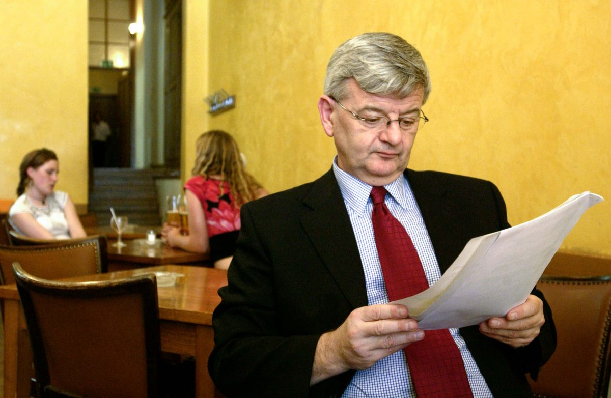 Joschka Fischer, German Minister of Foreign Affairs in the café *Orange* (Berlin, 2003). Photo © Aris Fotografie