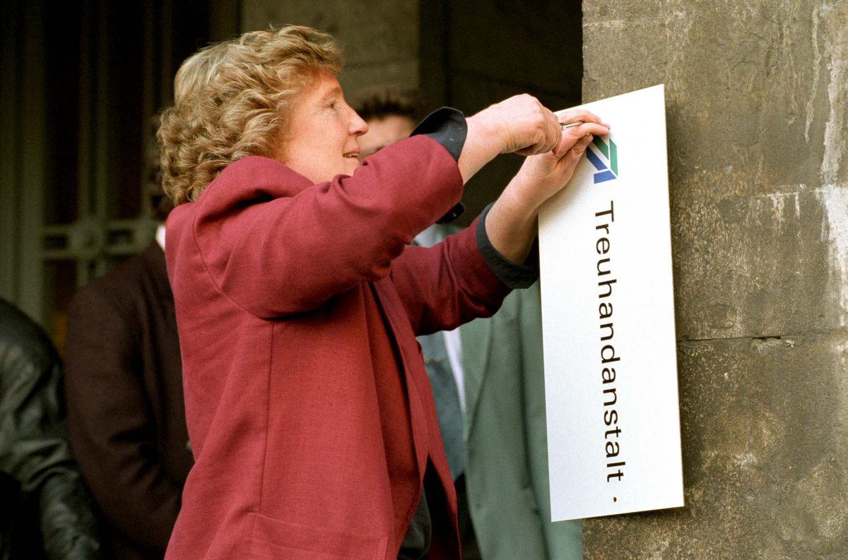 Closing of the Treuhandanstalt (THA). THA-President Birgit Breuel is removing the THA-Sign from the Detlev-Rohwedder-Haus, (Berlin, 1994). Photo © Aris Fotografie