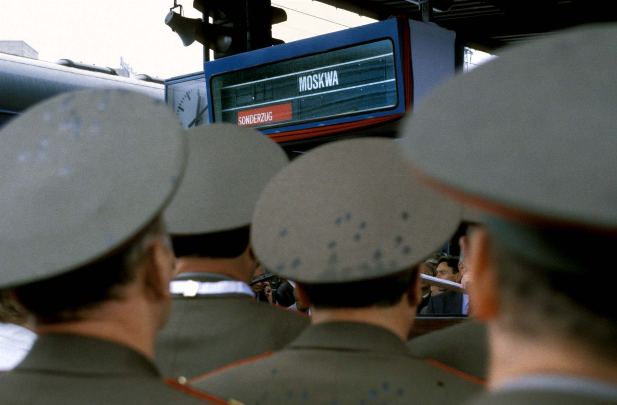 The Berlin brigade of the Western Group of Forces (WGF) is the last one leaving the Federal Republic of Germany. Train station Berlin - Lichtenberg on 1. September 1994. Photo © Aris Fotografie