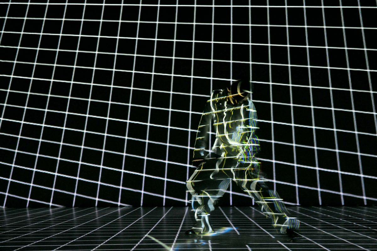 Hiroaki Umeda performing *Adapting for distortion*, choreography Hiroaki Umeda (Berlin, 2010). Photo © Aris Fotografie